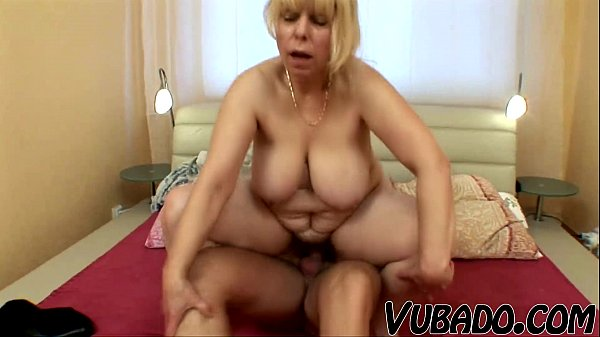Mature woman giving blowjob 'till cumshot!