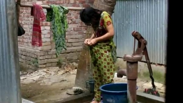 desi girl bathing outdoor for full video http:/...