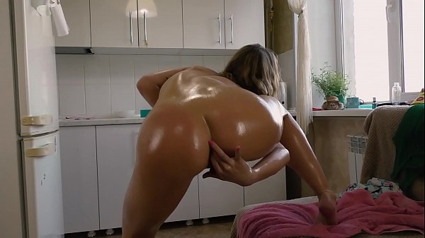 Gorgeous Russian Milf made a hot oil show for her fan