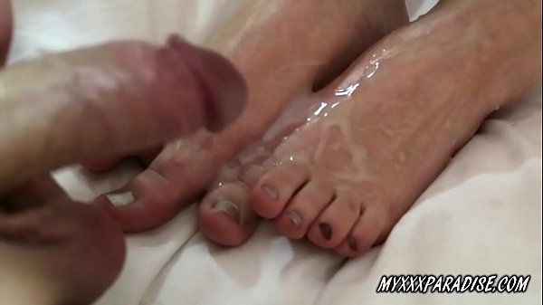 She oiled her feet and give me foot job