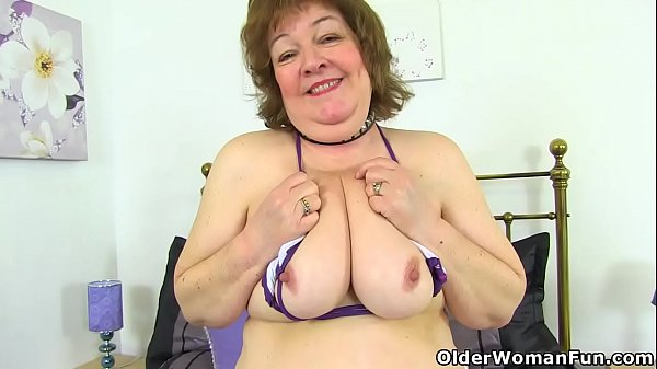 UK granny Susan strips off and dildo fucks her old fanny Thumb