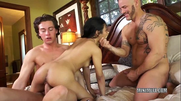 Filipina coed Sydnee Taylor gets fucked in a th...