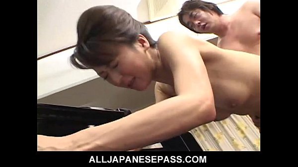 Horny babe in a kimono has her pussy fingered a...