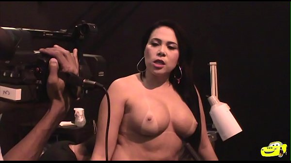 Soraya Carioca being tattooed in public at Erotika Fair, see the pepper of the ass in the integral