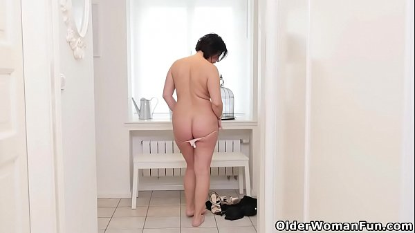 Curvaceous milf Montse Swinger loves toying her needy cunt Thumb