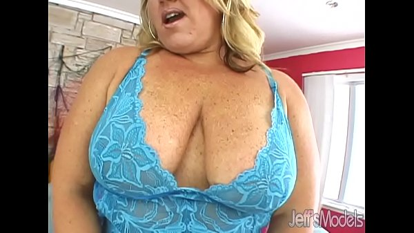 Mammoth MILF Rylee Payton rides a tattooed guy for fun