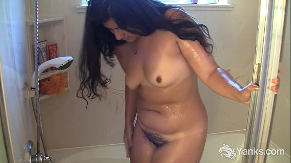 Kinky Miel Shaving Her Legs In The Tub