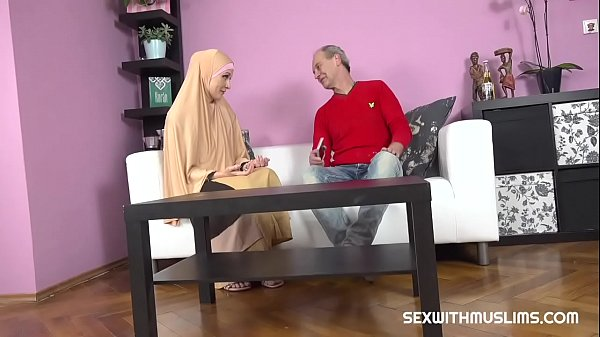 Buxom muslim lady knows how tu suck a dick