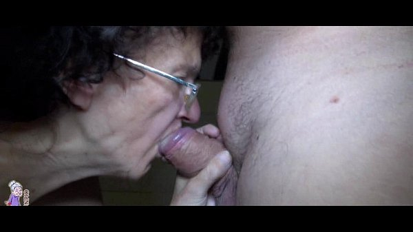 Old mature and young girl trying blowjob and ha...
