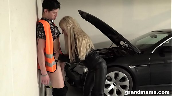 Horny blonde GILF gets fucked in a car parking ...