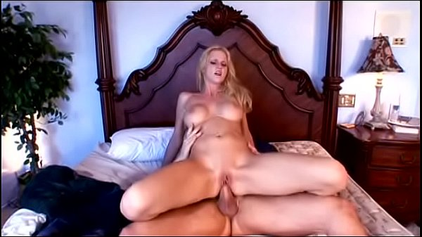 Horny blond bitch Hannah Harper gets her shaved...