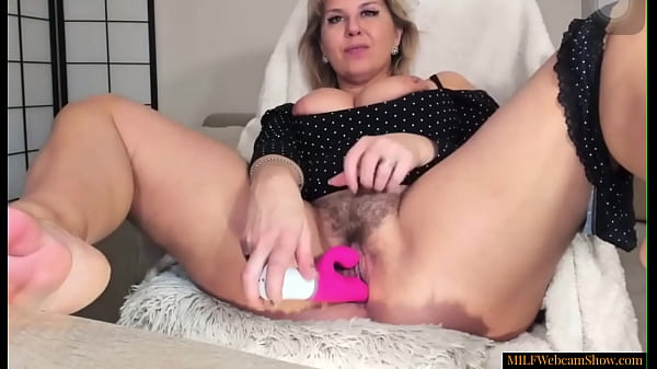 סרטי סקס Hot MILF With Curvy Body And Hairy Pussy