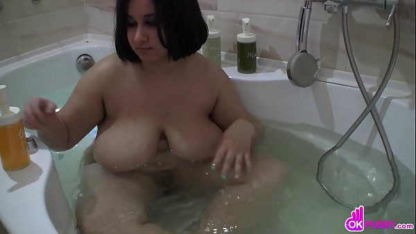 Lady gets herself off with shower head