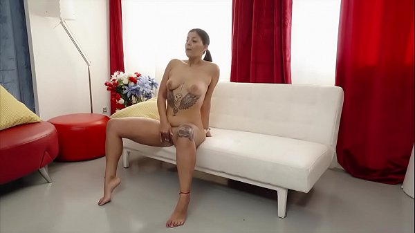 Rebeka fingers her lovely pussy up while waitin...