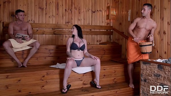 Sizzling hot curvy Brit Harmony Reigns goes down on two cocks in the sauna