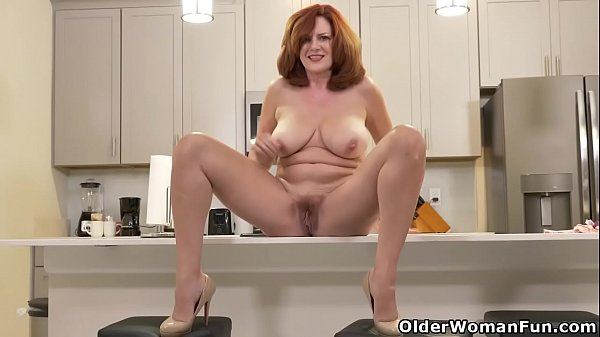 American milf Andi James rubs her gorgeous pussy Thumb