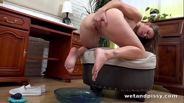 Brit Babe Honour May Loves To Soak Herself In Piss
