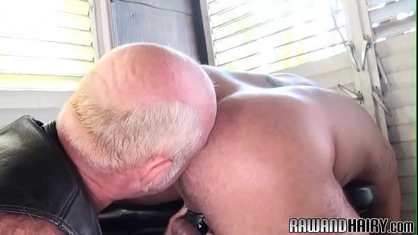 Inked muscle bear wanks after steamy rimjob