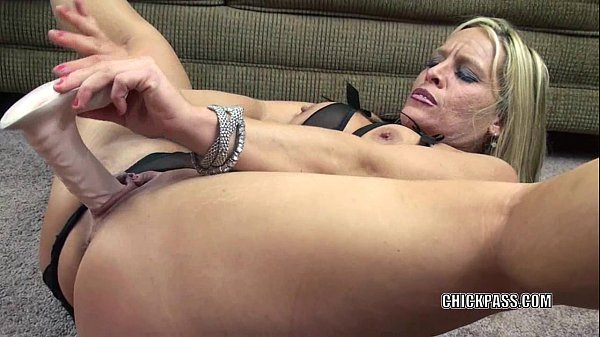Mature wife Skylar Rae fucks her pussy with a b...
