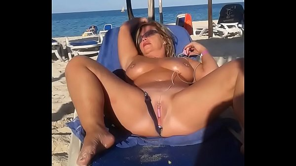 My slut wife is masturbating arrondissement people at the beach Thumb