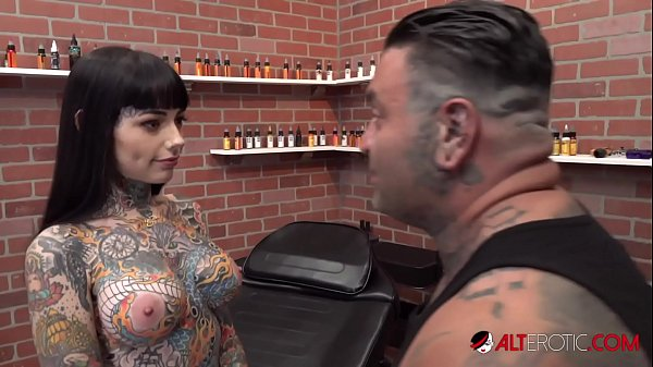 Tiger Lilly gets a forehead tattoo while nude Thumb