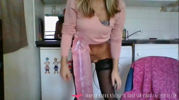 Vends-ta-culotte - French Babe Masturbates from the Kitchen