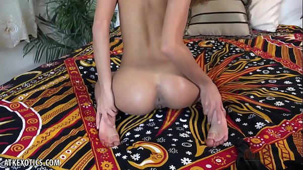 Gorgeous Cecilia Lion lotions up entire body for you