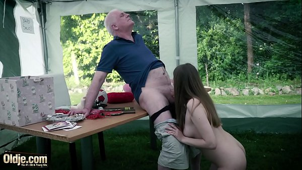 Old man fucks sweetie young pussy the young girl swallows mature man cum