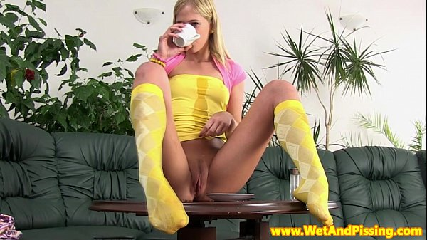 Watersports babe pissplay on cofeetable