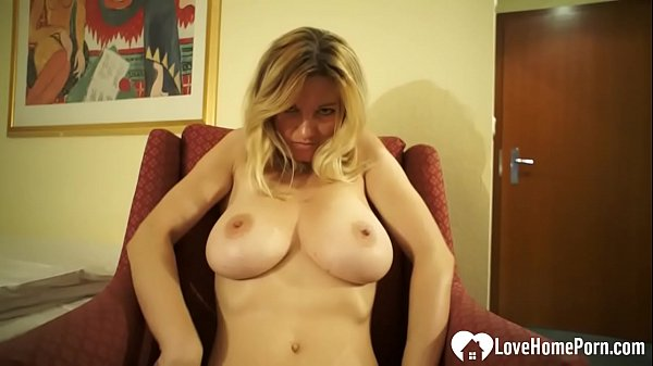Busty chick shows off her solo masturbating skills Thumb