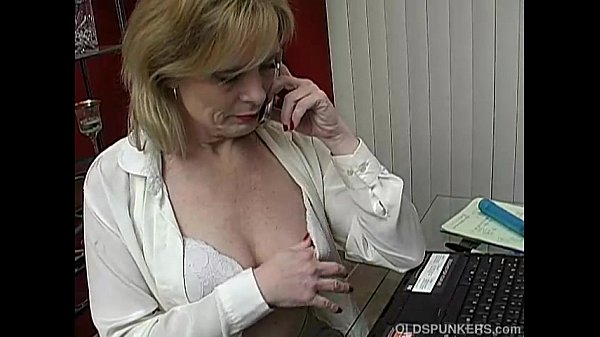 Super sexy mature babe talks dirty on the phone...
