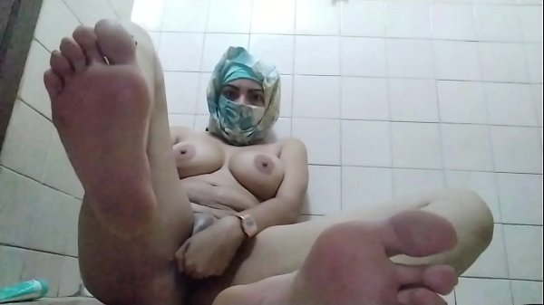 Real Amateur Arab In Hijab Mom Showing Feet And...