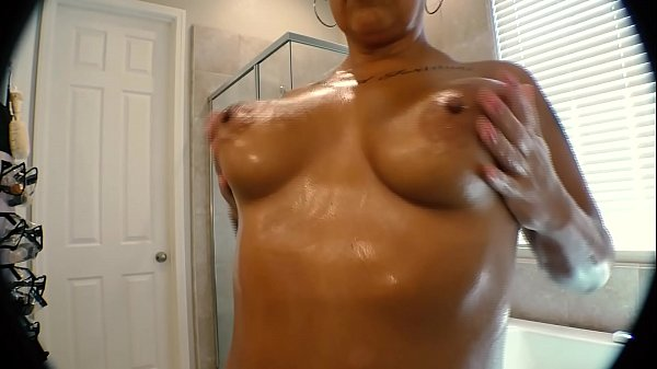 Sexy Bath and Pussy Shave