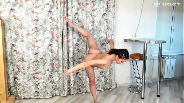 Milana Flexy spreading legs like a gymnast Thumb