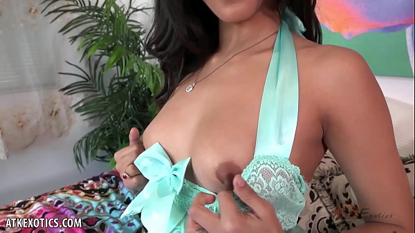 Sophia Leone loves to cum in front of you