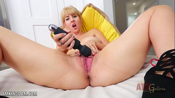 Aali Kali toys her magnificent cunt