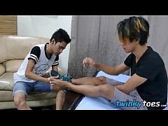 Feet worshipping Asian twink boys are having an...