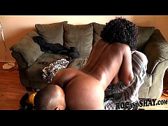 EBONY HOUSEWIFE FUCKS WORKER !!
