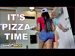 BANGBROS - Black Pizza Delivery Girl Moriah Mills Delivers Her Big Ass To J-Mac