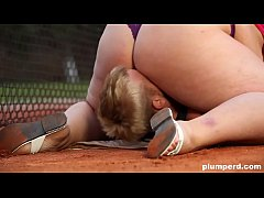 Clip sex Obese woman facesits on her trainer at the tennis court