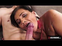 21Sextreme GILF Arwen Insists On Giving A Cream...