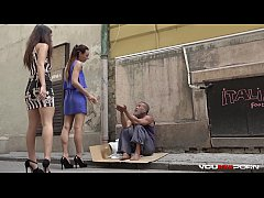Clip sex YOUMIXPORN Interactive - Skinny teen Cayenne and busty babe Darcia Lee pick a homeless man from the streets and fuck him raw