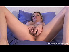 Curvy Babe Plants A Vibe Deep In Her Pussy As S...