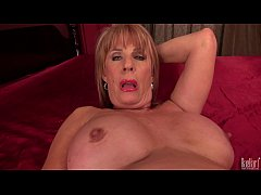 Sexy mature lady Rae...