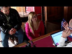 Blonde college girl is looking for a waitress o...