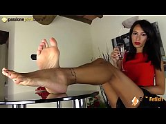 This incredibly beautiful italian girl comes dressed in an elegant skirt, a top and a pair of sexy red sandals. She takes them off, puts her feet on a table and lets you see her marvellous toes.