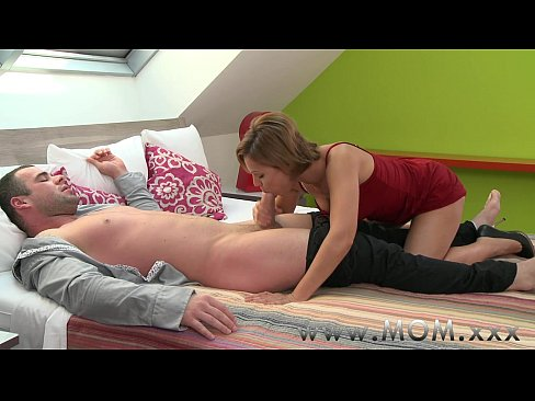 Clip sex MOM Brunette MILF gives her man a reason to stay awake