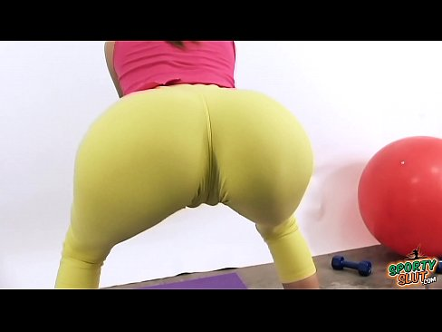 hot 18 year old puffy cameltoe and round ass in tight yoga pants