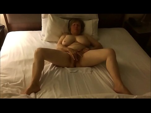 amateur milf maturbates to orgasm