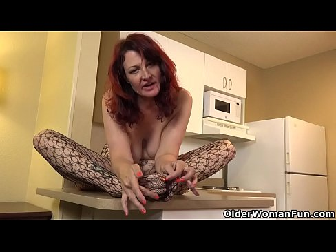 Clip sex USA milf Amanda Ryder gets things done in the kitchen
